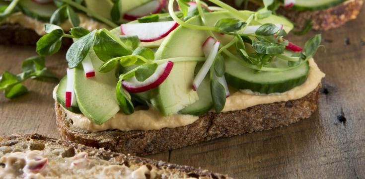 Houmous et toast avocado